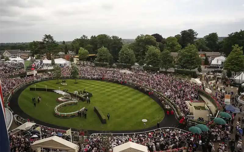 Kerumunan untuk kembali ke trek balap Kuda Inggris